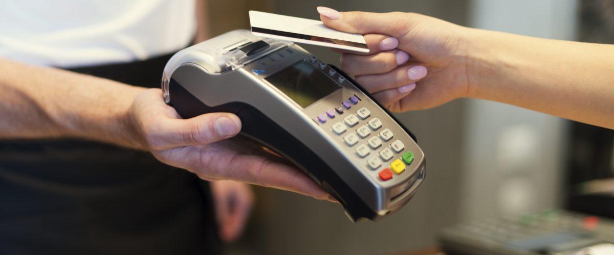 kreditkort debit debet posi greiðsla snertilaust verslun borga kaupa versla